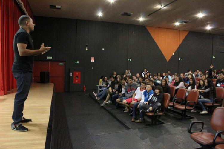 Vicente Lenílson dá palestra para alunos da rede municipal de ensino