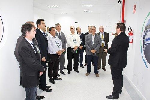 (Autoridades convidadas também participaram de uma visita monitorada a fábrica)