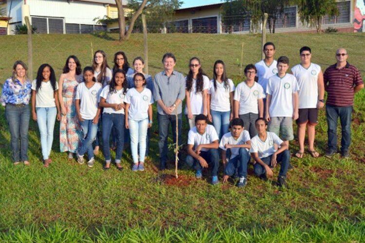 Meio Ambiente e Educação plantam árvores no dia da água
