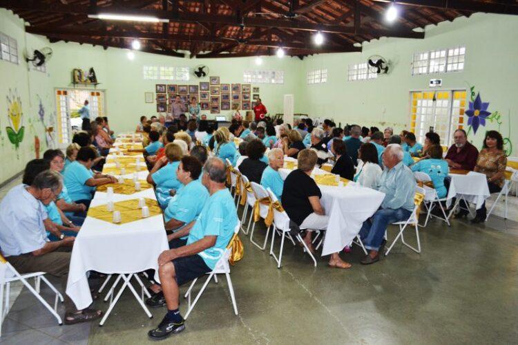 Clube da Terceira Idade realiza almoço em homenagem ao Dia das Mães