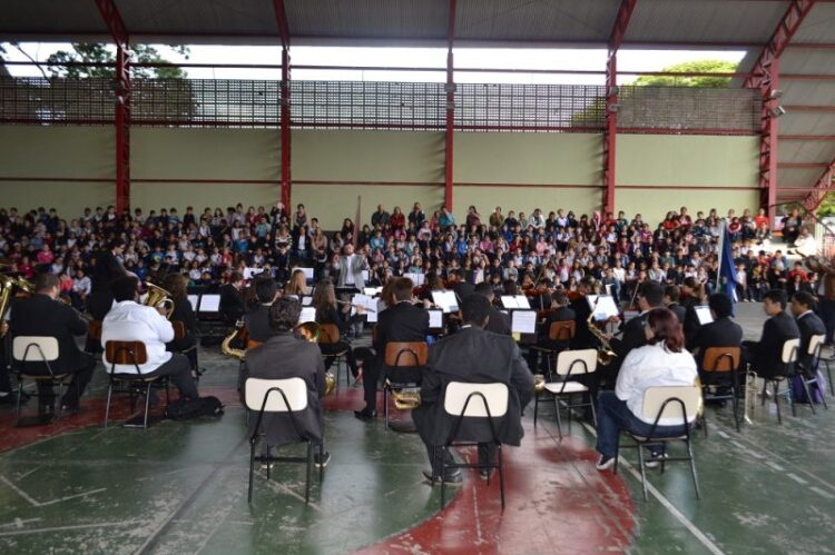 EMEB Rodrigo Octávio Langaard Menezes recebe orquestra em homenagem aos 92 anos de história