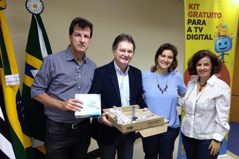 Paulo Brasileiro, Diretor de Relações Institucionais das emissoras EPTV; o Prefeito José Pivatto e as representantes da Seja Digital.