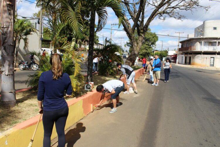 Oitavo mutirão Pintou Limpeza é realizado no canteiro central da Avenida Centenário do Dr. Paulo de Almeida Nogueira