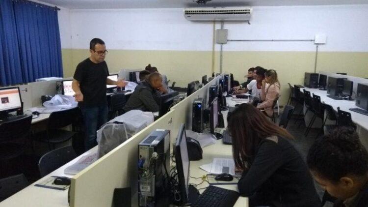 Alunos da Educação de Jovens e Adultos participam de cursos profissionalizantes promovidos pelo Senai