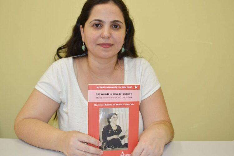 Professora da rede municipal de ensino lança livro sobre a resistência feminina