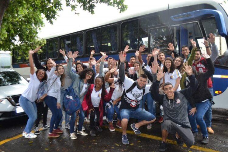 Prefeitura leva alunos da rede púbica estadual para visitar universidade