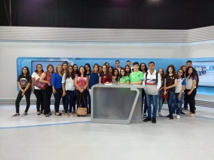 Alunos de Cosmópolis selecionados no projeto EPTV na Escola visitam a emissora