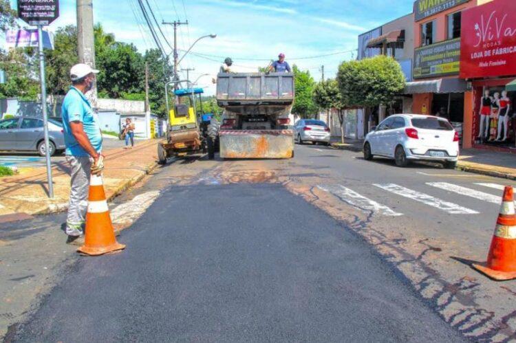 Prefeitura inicia operação Tapa Buraco e roçagem na praça da Rodoviária municipal