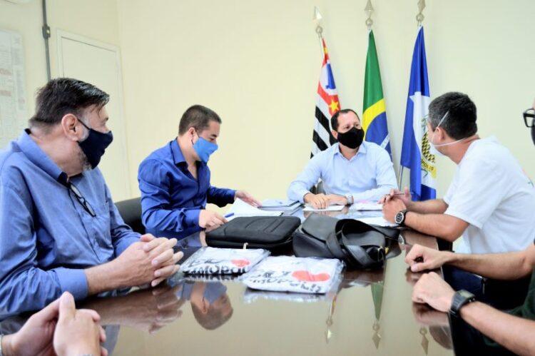 Prefeito assina termo de 'Compromisso Público como Prefeito Eleito de Cosmópolis'