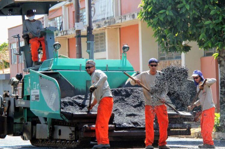 Prefeitura inicia recapeamento na vértice da Praça da Matriz