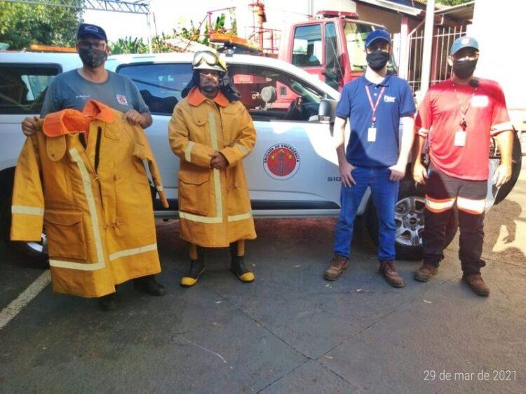 Usina Ester doa roupas de aproximação ao fogo para agentes da Defesa Civil