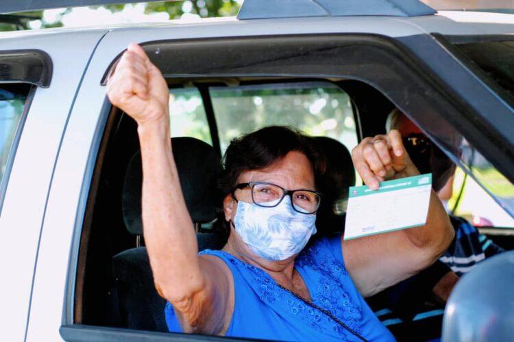 Saúde vacina idosos com 68 anos