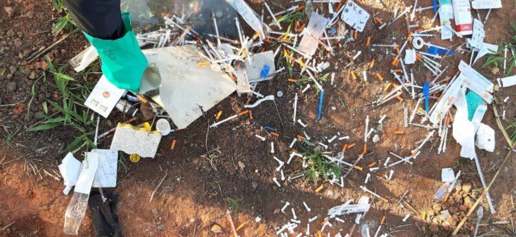 Remédios e seringas são descartados irregularmentes em terreno baldio