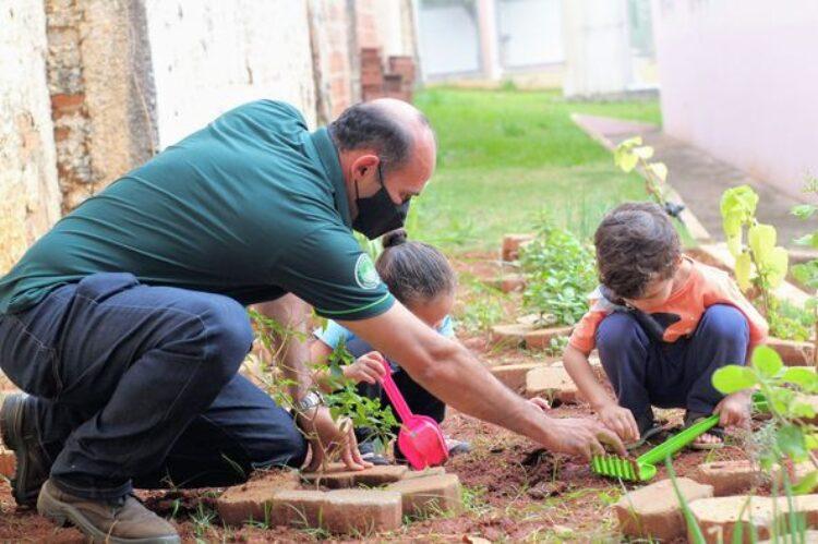 Alunos de 0 à 4 anos participam de plantio da campanha 'Junho Verde'