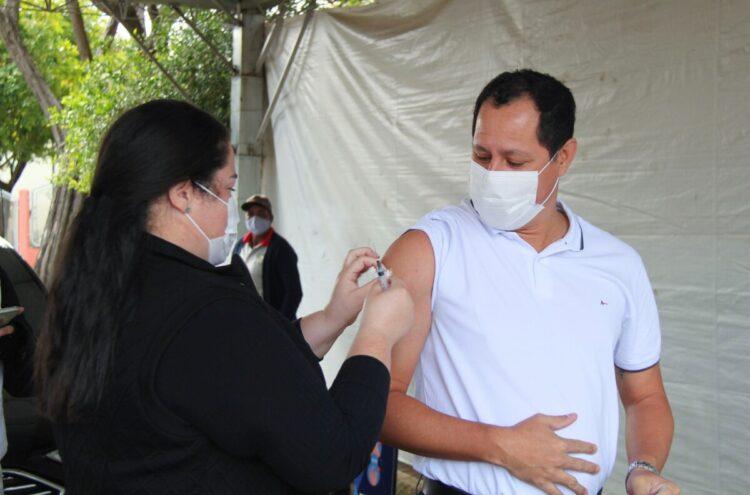 Prefeito Junior Felisbino é vacinado contra Covid-19