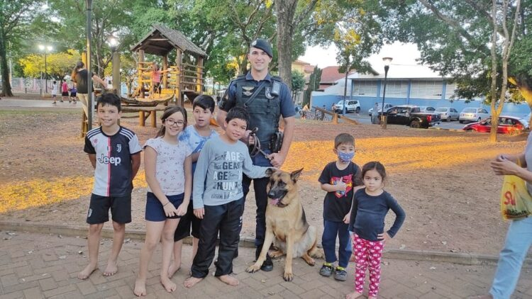 Crianças participam de integração com Canil da Polícia Municipal de Cosmópolis