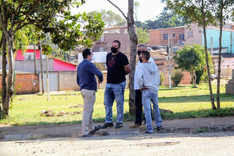 Prefeito Junior Felisbino visita bairro Parque Ester para analisar as demandas da população