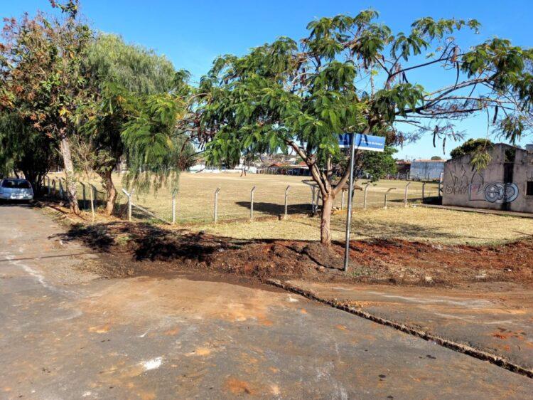 Serviços Públicos realiza manutenção de limpeza no Campo do Vila Nova