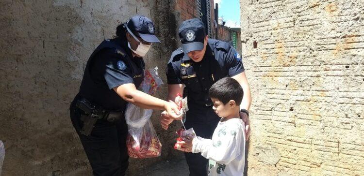 Policiais Municipais realizam ação social no dia das crianças