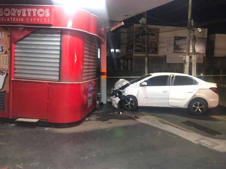 Indivíduos roubam carro e batem em quiosque de sorvete durante fuga
